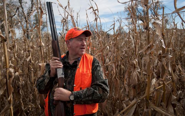 El candidato presidencial republicano Mike Huckabee camina a través de un campo de maíz durante su participación en el coronel Brote faisán caza organizada por el congresista Steve King fuera de Akron, Iowa, el 01 de noviembre 2015. REUTERS