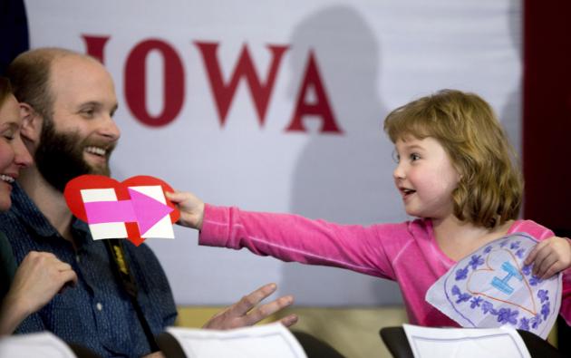 Magnolia Mandelko, 5, emocionada sostiene una tarjeta de campaña y un dibujo mientras se espera a que la candidata presidencial demócrata Hillary Clinton, acompañada de su hija Chelsea, lleguen a la reunión en la Escuela Preparatoria Abraham Lincoln en Council Bluffs. AFP