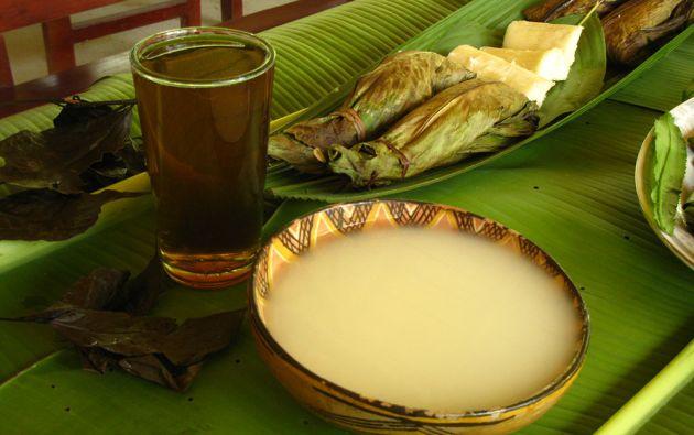 Bebidas. El agua de guayusa es una bebida energética que la toman antes de salir a la selva. Mientras que la chicha de yuca se la comparte durante las ceremonias.
