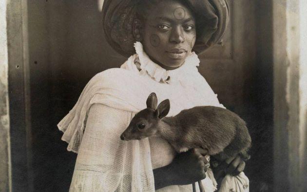 Joven mujer de Kenia sostiene a su ciervo mascota en Mombassa, 1909