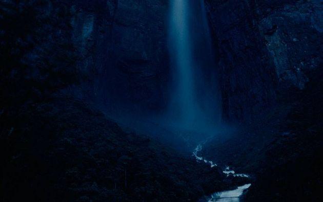 Catarata cayendo más de 900 metros desde Auyantepuy en Venezuela, 1963