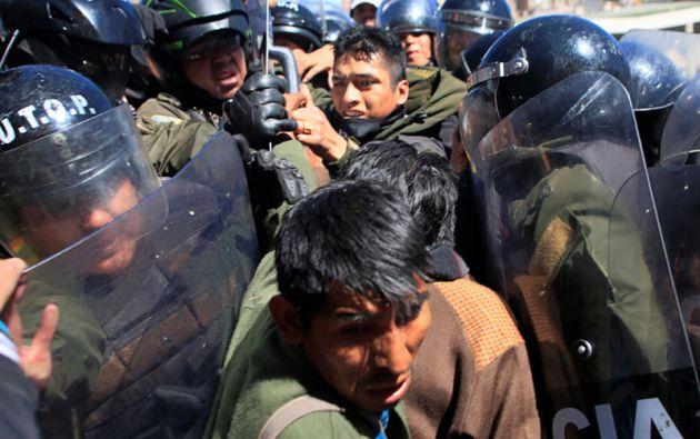 Manifestantes con discapacidad física chocan con la policía antidisturbios durante una manifestación.