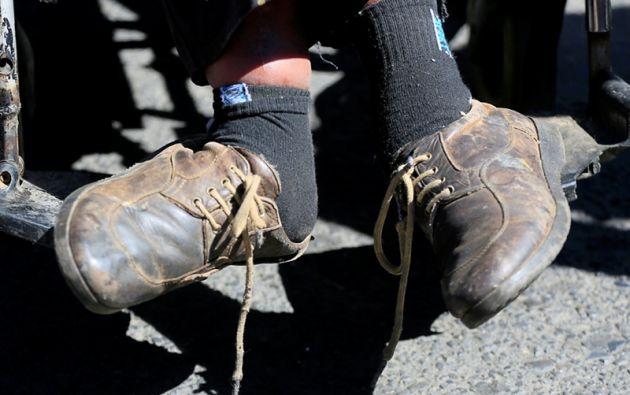 Una persona  durante la manifestación de protesta por las personas con discapacidad física que exigen al gobierno que aumente su subsidio mensual por discapacidad, en La Paz, Bolivia
