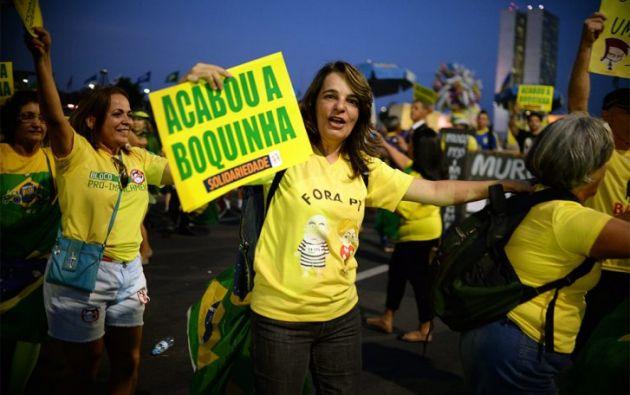 """En la Avenida Paulista de Sao Paulo, considerada el """"corazón financiero"""" de país, se escucharon bocinas de cientos de automovilistas para saludar el cambio y un reducido grupo de detractores de Rousseff que llevaba varios días acampado frente a la sede de la influyente patronal Federación de las Industrias del Estado de Sao Paulo (FIESP) celebró con gritos la decisión."""