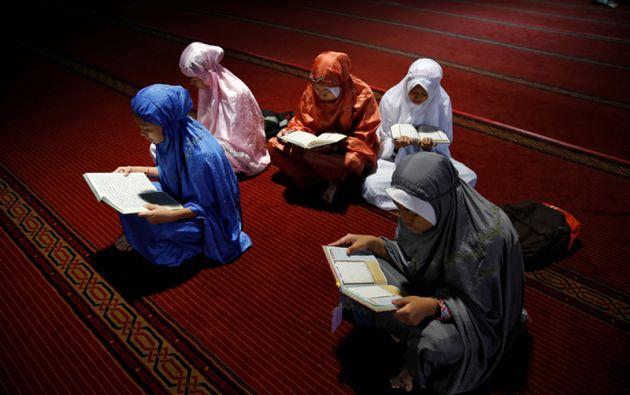 Un grupo de jóvenes leen el Corán durante el Ramadán.