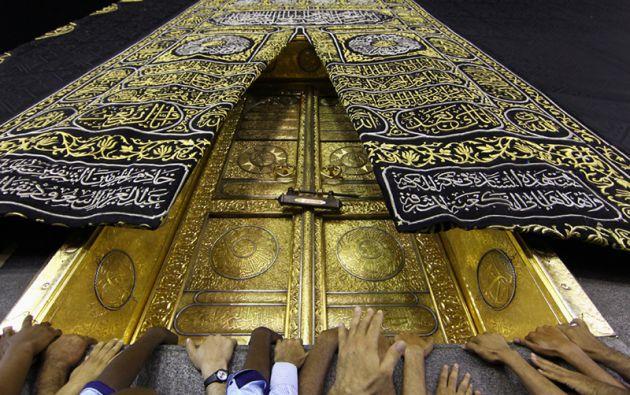 En el mes de Ramadán, los mulsulmanes celebran oran en La Kaaba, en La Meca. La construcción con forma de cubo representa el lugar sagrado y de peregrinación religiosa más importante del islamismo.