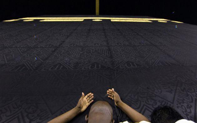 Los musulmanes rezan y tocar la Kaaba en la Gran Mezquita durante la santa ayuno