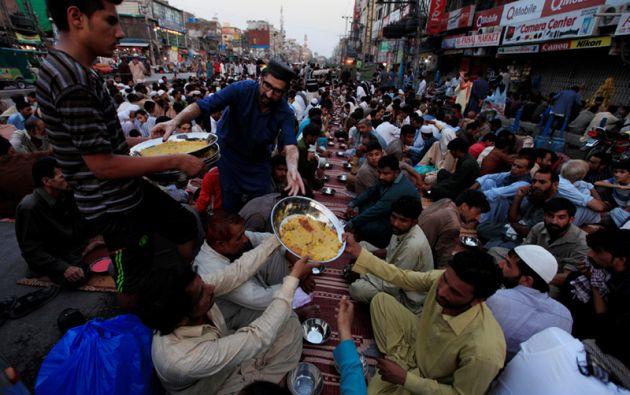 El tradicional iftar es la comida nocturna con la que se rompe el ayuno diario después del maghrib (puesta de sol) durante el mes islámico del Ramadán.
