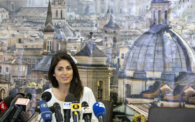 Pero ¿quién es esa candidata que ha conseguido tal proeza? Raggi, de 37 años, es casi novel en política. Se metió en ese mundo en 2011, precisamente con el M5S como concejala de la oposición en el Ayuntamiento de Roma.