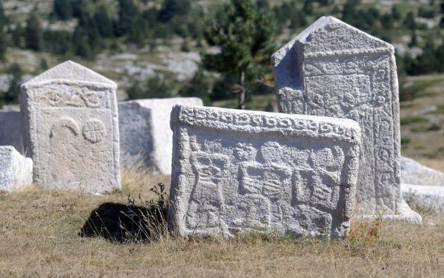 """Cementerios de tumbas medievales """"stećci"""" en Bosnia y Herzegovina, Croacia, Montenegro y Serbia. Estos monumentos funerarios, característicos de esas regiones, datan de los siglos XII al XVI y están dispuestos en filas en cementerios, tal y como se acostumbró a hacer en Europa desde la Edad Media."""