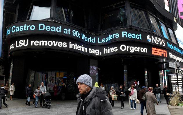 En Times Square, en Nueva York, se lee el titular de la muerte de Fidel Castro.
