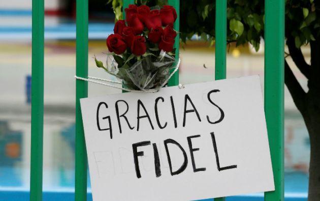 Un ramo y un cartel en México despiden al líder la Revolución Cubana. Foto: REUTERS.