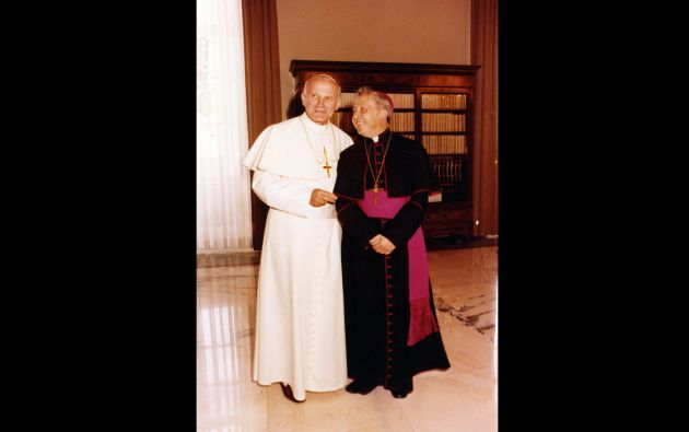 Monseñor Luna Tobar con el Papa Juan Pablo II. Fotos: Colaboración Juan José Mendoza / Archivo Revista Vistazo