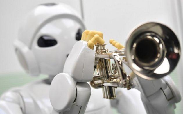 LONDRES.- Un robot fabricado por la firma Toyota Motor Corporation llamado 'Harry Trumpet -Player Robot' también fue parte de la muestra ROBOT. Foto: BEN STANSALL / AFP