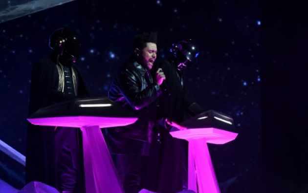 The Weeknd y Daft Punk sorprenden en el escenario. Fotos: AFP