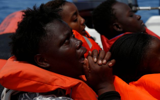Un migrante reacciona después de ser rescatado por el migrante ONG con sede en Malta en el Mediterráneo central de la ciudad costera libia de Sabratha