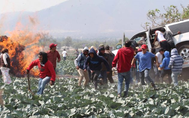 Los residentes destrozan un vehículo incautado por personal militar durante una protesta contra el ejército después de un incidente con presuntos ladrones de petróleo en la comunidad de El Palmarito