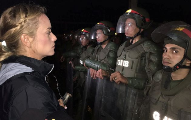 Lilian Tintori, esposa del encarcelado líder de la oposición venezolana Leopoldo Lopez, se pone delante de la Guardia Nacional de Venezuela fuera de la prisión militar de Ramo Verde en Los Teques