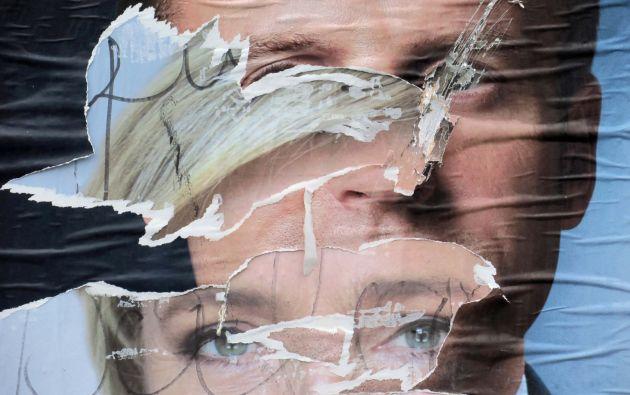 Desgarrado y la superposición de carteles oficiales de los candidatos para las elecciones presidenciales del 2017