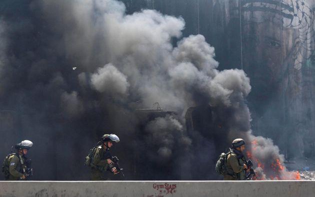 soldados israelíes toman posiciones durante los enfrentamientos con manifestantes palestinos tras una protesta en solidaridad con los presos palestinos detenidos por Israel