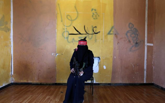"""luchadora anónima del Frente Democrático para la Liberación de Palestina (FDLP). """"Trump es un hombre de guerra, que trabaja en la difusión de la guerra, el caos y matando entre la gente. al igual que otros presidentes que vinieron antes que él, no veo que va a traer la paz o ningún bien al pueblo palestino"""""""