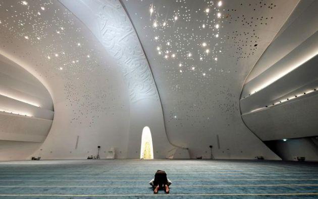 MEZQUITA DE EDUCACIÓN DE LA CIUDAD - Esta Mezquita en Doha se eleva en cinco pilares, que representan los cinco pilares del Islam- shahada (conocimiento), salat (oración), z akat (caridad), siyam (ayuno) y el Hajj (peregrinación) - cada grabada con versos coránicos en caligrafía elegante.