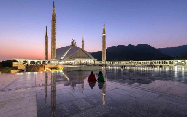 MEZQUITA SHAH FAISAL - Producida a finales de 1970, es una Mezquita sunita y su estructura es moderna.