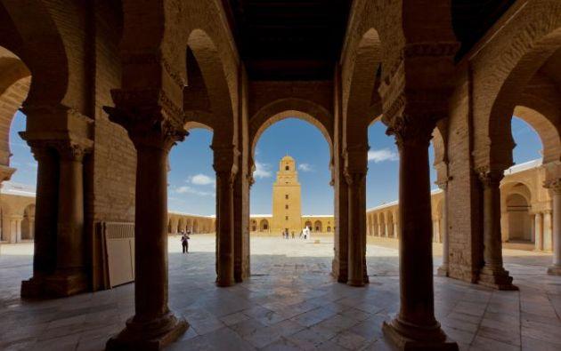 MEZQUITA EN KAIROUAN - La primera ciudad islámica en el norte de África y una de las cuatro ciudades más sagrados para los musulmanes, es una estructura en Túnez admirada por ser un ejemplo de la arquitectura islámica de la casa de Mahoma en Medina.