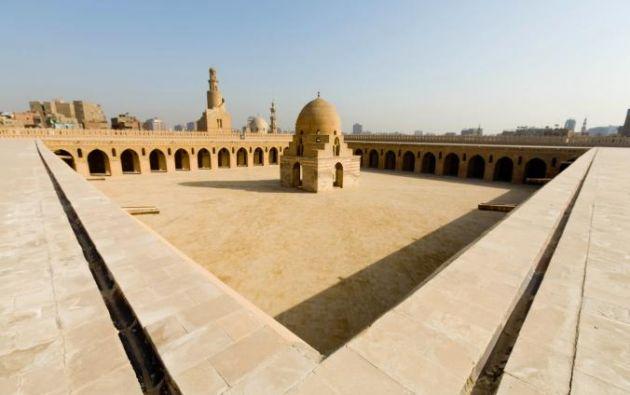 MEZQUITA DE IBN TULUN - Una de las Mezquitas mejor conservados de Egipto, este majestuoso complejo de ladrillo roja, construido en el año 876 por el gobernador turco de Egipto y Siria.