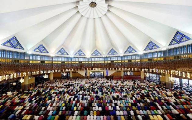 MEZQUITA NACIONAL DE MALASIA - El techo de la Mezquita Nacional de Malasia, construido en la capital Kuala Lumpur a finales del siglo 20, se inspira en la parte inferior de un paraguas abierto.