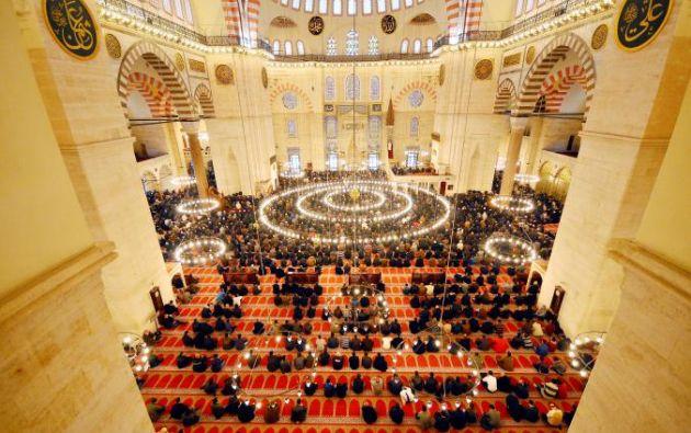 MEZQUITA DE SOLIMÁN - Mezquitas otomanas, como Mezquita de Solimán en Estambul, imitan intencionalmente la iglesia de Santa Sofía, otro sitio turístico importante en la ciudad.