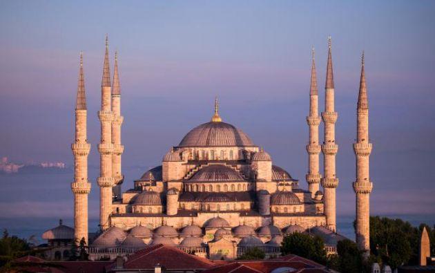 MEZQUITA (MEZQUITA AZUL) - Construido a principios del siglo 17, la construcción de más fotogénica de Estambul recibe su apodo por los azulejos azules que adornan el interior.