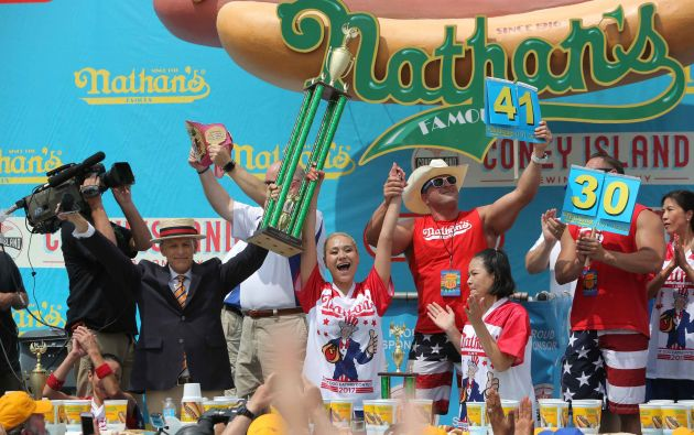 Miki Sudo celebra su victoria de Nathan famoso Cuatro de Julio International Hot Dog-concurso de comer en Coney Island, en Brooklyn, Nueva York, Estados Unidos