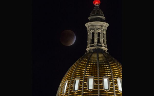 El eclipse de superluna en Denver // Edificio del capitolio de Denver en Colorado (EE. UU.)