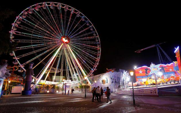 La gente camina por las atracciones en el parque de atracciones Prater en Viena, Austria