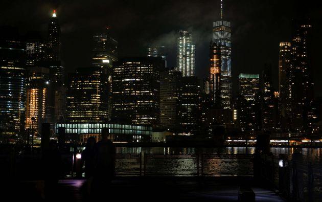 Vista general del horizonte de la noche de Manhattan bajo vista desde el barrio de Brooklyn de la ciudad de Nueva York, Estados Unidos // Fotos: Reuters