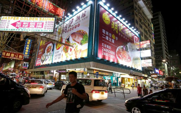 La gente camina en un mercado en el distrito comercial de Mongkok en Hong Kong, China