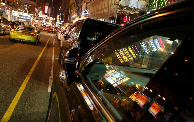 Las luces de neón se reflejan en una ventana de coche en el distrito de Mongkok de compras en Hong Kong, China