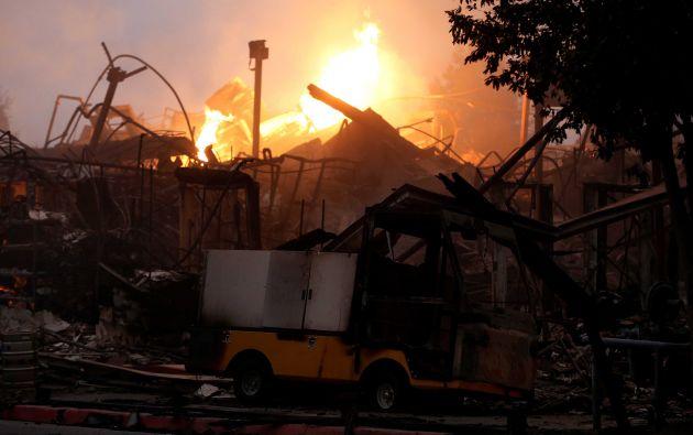 Un carro dañado se ve entre las ruinas ardientes en el Hilton Sonoma Wine Country durante el incendio de Tubbs en Santa Rosa, California
