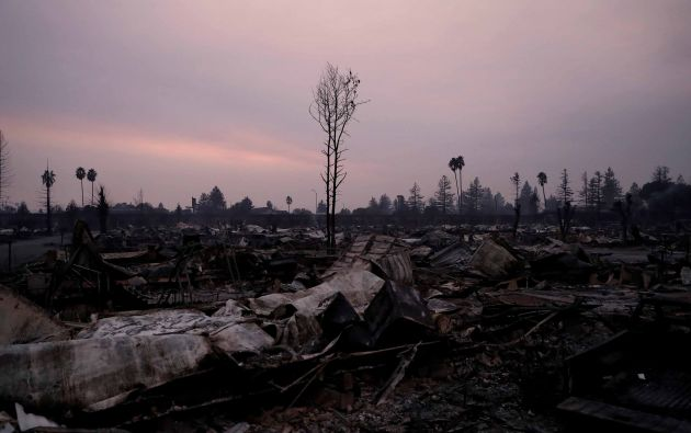 Parque destruido del hogar móvil del extremo del viaje durante el fuego de Tubbs en Santa Rosa, California