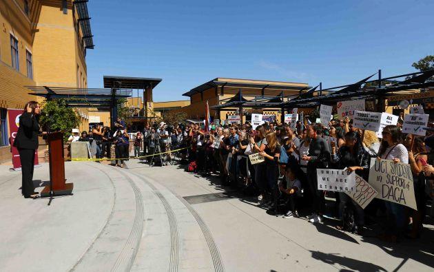 El Senador Harris habla en una manifestación en apoyo a DACA en el Centro de Estudiantes de la UC Irvine en Irvine, California