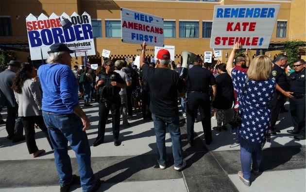 Los partidarios de Pro-Trump tratan de interrumpir el discurso del senador Harris en el mitin de DACA en UC en Irvine, California