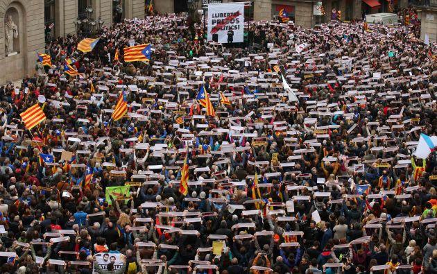 Manifestantes se reúnen en la plaza de Sant Jaume en una manifestación durante un paro regional parcial en Barcelona
