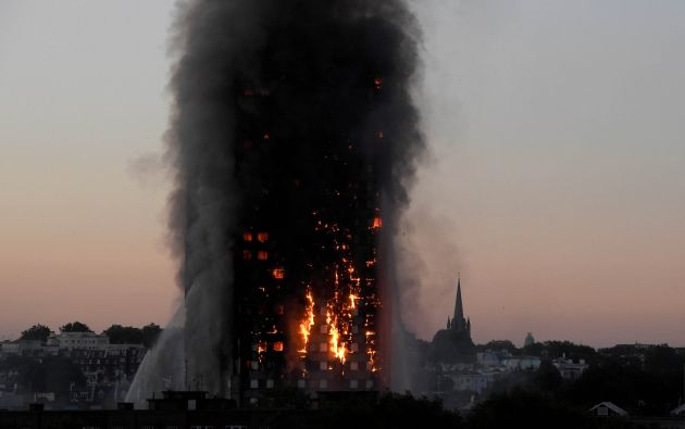 Las llamas y el humo se hinchan cuando los bomberos lidian con un incendio grave en el bloque de apartamentos Grenfell Tower en Latimer Road en West London, Reino Unido, 14 de junio de 2017.