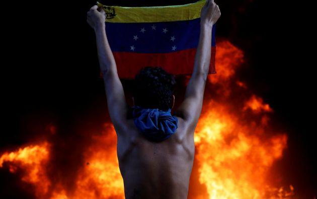 Quema durante una manifestación contra el presidente de Venezuela, Nicolás Maduro, en Caracas, Venezuela 12 de junio de 2017.