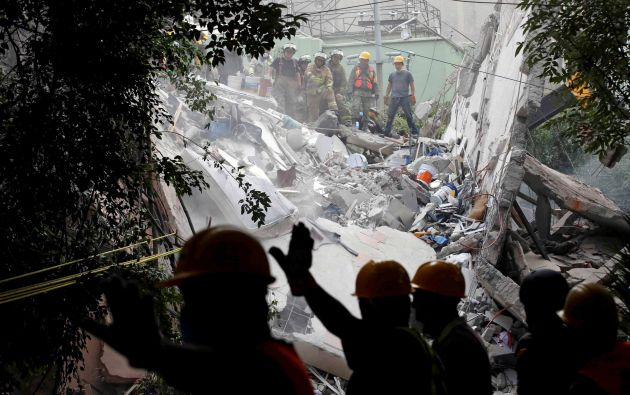 Soldados y socorristas buscan entre los escombros de un edificio derrumbado después de un terremoto en la Ciudad de México, México, el 20 de septiembre de 2017