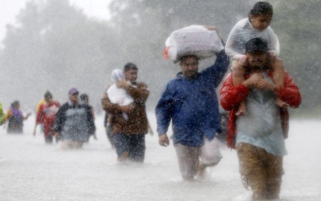 Los residentes se sumergen en las aguas de la tormenta tropical Harvey en Beaumont Place, Houston, Texas, EE. UU. El 28 de agosto de 2017