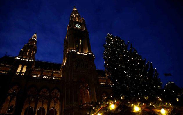 Un árbol de Navidad se ve frente al Ayuntamiento en Viena, Austria