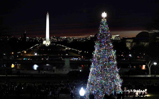 El Árbol de Navidad del Capitolio, el Abeto Engelmann de 79 pies de altura que se cultivó en Montana, se encendió en West Front Lawn del Capitolio de EE. UU. En Washington