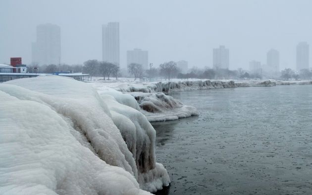 El horizonte de la ciudad se ve desde la playa de North Avenue en el lago Michigan como un fenómeno de frío intenso llamado vórtice polar. Foto: Reuters